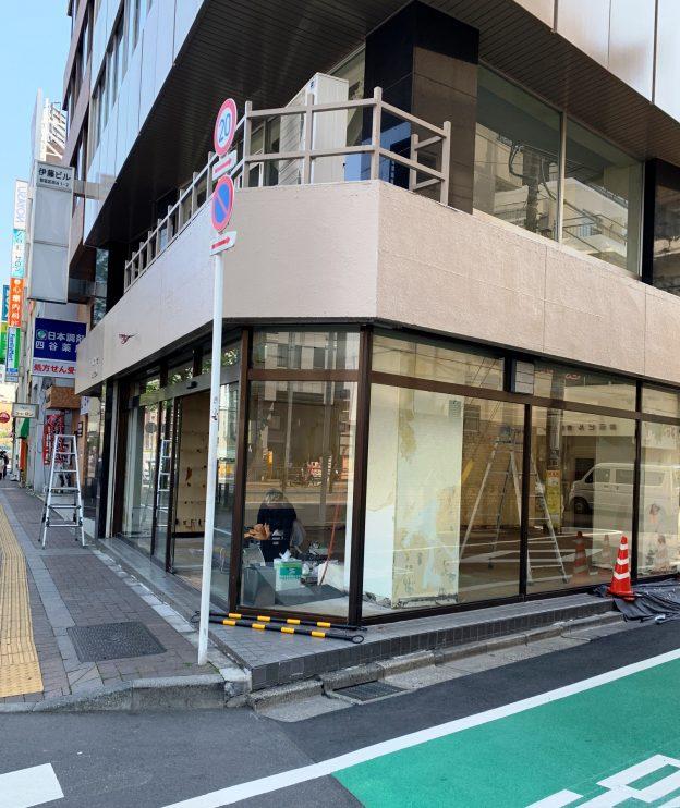 東京都新宿区四谷/JR・東京メトロ 四ツ谷駅から徒歩2分、四谷見附交差点至近の新宿通りに面した角地1階テナント