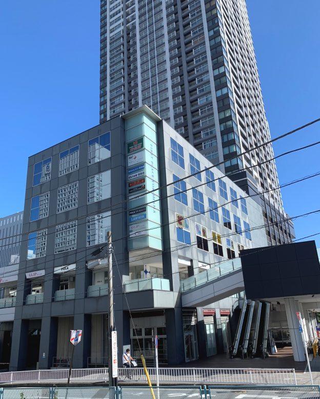 横浜市西区高島/JR横浜駅東口から徒歩4分、36階建てタワーマンションのペデストリアンデッキに面した2階テナント