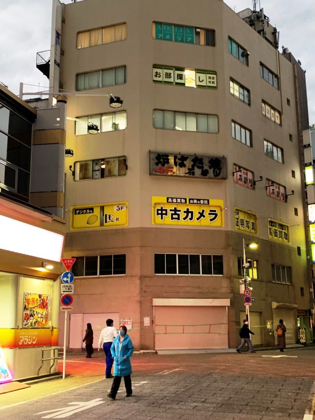 東京都新宿区西新宿/JR新宿駅南口から徒歩2分、繁華街の角地に建つ視認性の良いビルの6階テナント