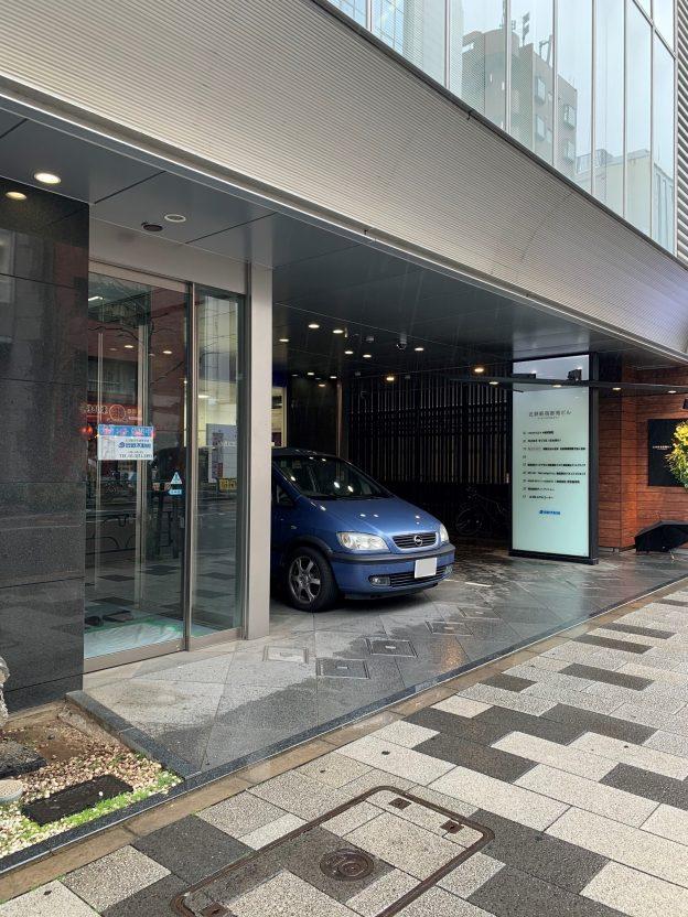 東京都新宿区新宿/東京メトロ丸の内線・新宿御苑前駅から徒歩1分、新宿通りに面した視認性の高いビルの1階テナント